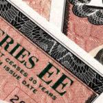 Зачем Россия скупает облигации США?